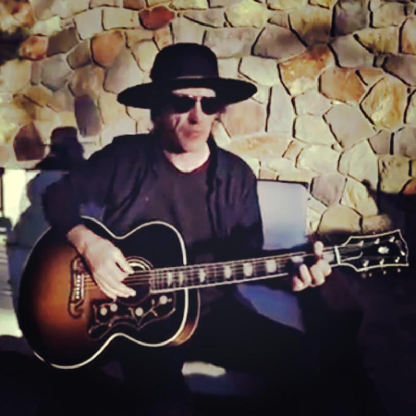 """Axl Rose przyznał, że """"nie ma pojęcia"""", dlaczego w reaktywacji klasycznego składu Guns N' Roses nie ma gitarzysty i współzałożyciela zespołu, Izzy'ego Stradlina."""