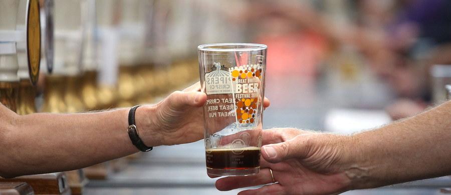 Fontannę, z której wylewa się pięć gatunków piwa, otwarto w Żalcu w środkowej Słowenii. Nową atrakcję, która ma przyciągnąć turystów, powitały toastem setki mieszkańców miasteczka, które jest ośrodkiem słoweńskiego chmielarstwa.