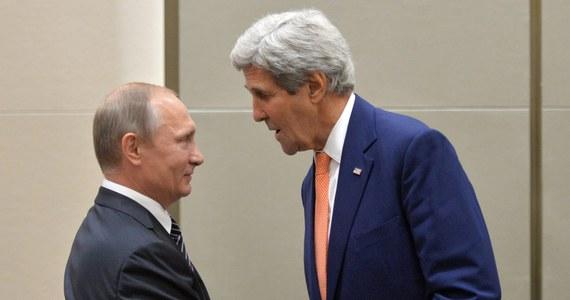 """Szef MSZ Rosji Siergiej Ławrow w rozmowie telefonicznej z sekretarzem stanu USA Johnem Kerrym wyraził wzburzenie z powodu rozszerzenia przez USA sankcji wobec Moskwy - podał w komunikacie rosyjski resort. Ministerstwo nazwało restrykcje """"sankcyjnymi najazdami USA przeciwko Rosji""""."""