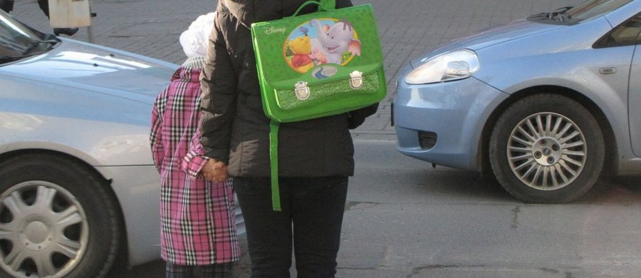 """Część niepełnosprawnych dzieci z rodzin zastępczych nie dostaje pieniędzy z programu """"Rodzina 500 plus"""". Autorzy ustawy zapomnieli o nich, przygotowując przepisy – pisze czwartkowa """"Gazeta Wyborcza""""."""