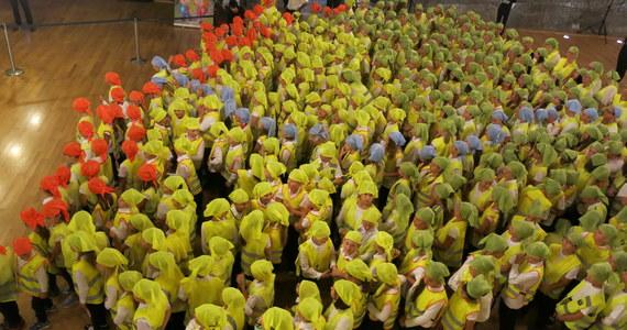 """420 uczniów ze Szkoły Podstawowej nr 2 w Wieliczce biło rekord Guinnessa. Na głębokości 125 metrów w zabytkowej Kopalni Soli """"Wieliczka"""" dzieci ustawiły się w """"żywy obraz"""" Polski."""
