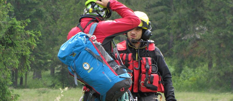 W słowackich Tatrach trwają poszukiwania polskiego turysty, który od wczoraj nie wrócił z wycieczki. W nocy polscy ratownicy ściągali z grani wychłodzonego turystę. Wczoraj natomiast niestety nie udało się uratować 53-letniego turysty, który zasłabł w rejonie Goryczkowej Czuby Tatrach Zachodnich.