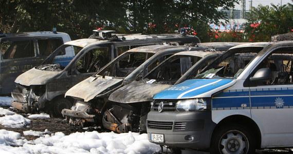 18 samochodów, w tym policyjne radiowozy oraz pojazdy należące do kolei, spłonęło na parkingu przed dworce głównym w niemieckim Magdeburgu. Policja podejrzewa celowe podpalenie. Straty oszacowano wstępnie na 750 tysięcy euro.
