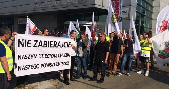 """Ok. 300 górników i energetyków protestowało  w Poznaniu przeciw wstrzymywaniu decyzji o budowie odkrywkowej kopalni węgla brunatnego Ościsłowo i przedłużającemu się postępowaniu w jej sprawie. """"Nie dajmy się sterroryzować pseudoekologom"""" – mówili. W Poznaniu odbyła się otwarta rozprawa administracyjna, podczas której swoje stanowisko prezentowali m.in. przedstawiciele górniczych związków zawodowych oraz zarządu kopalni."""