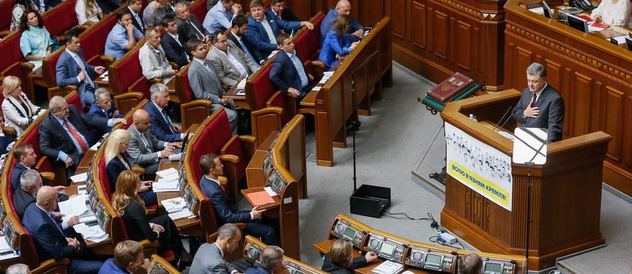 """Parlament Ukrainy potępił w czwartek lipcowe decyzje Senatu i Sejmu RP w sprawie zbrodni wołyńskiej, uznając, że określenie jej mianem ludobójstwa jest """"upolitycznianiem historii"""" i przekreśla osiągnięcia wieloletniego dialogu historycznego na ten temat."""