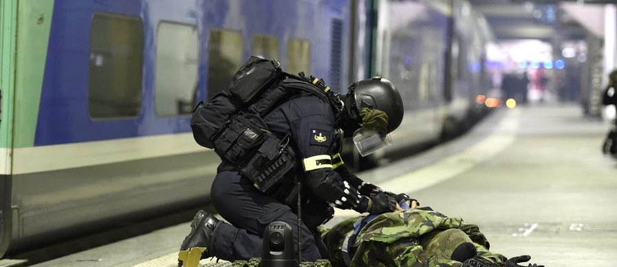 Austriacka prokuratura w Salzburgu postawiła zarzut udziału w organizacji terrorystycznej dwóm mężczyznom w związku z postępowaniem toczącym się w sprawie ataków z 13 listopada w Paryżu, w których zginęło 130 ludzi - podano.
