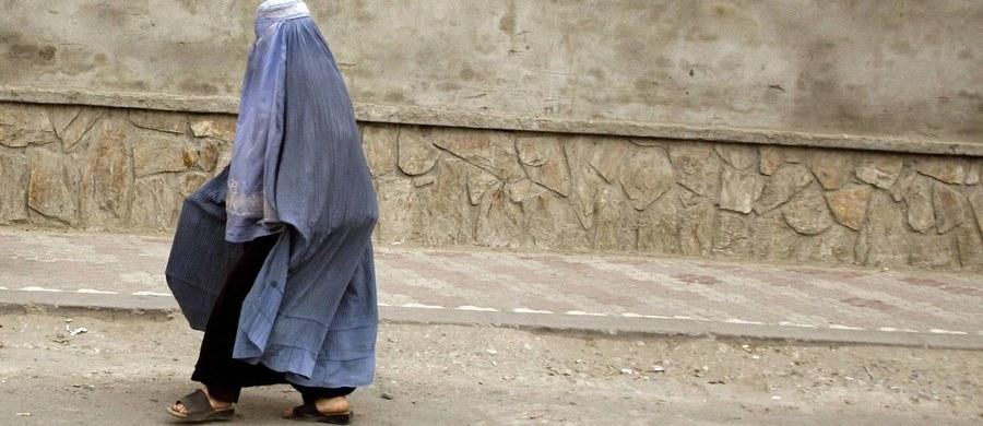 Tajemnicza kobieta w burce zaatakowała dwóch bojowników z tzw. Państwa Islamskiego. To właśnie po tym niespodziewanym ataku ISIS zakazało kobietom nosić nakrycia głowy.