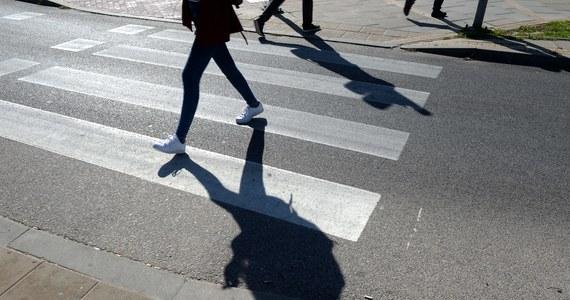"""Trzy nastoletnie dziewczyny zostały potrącone przez auto w miejscowości Jeżowe koło Niska na Podkarpaciu. Krajowa """"19"""" była po wypadku zablokowana."""