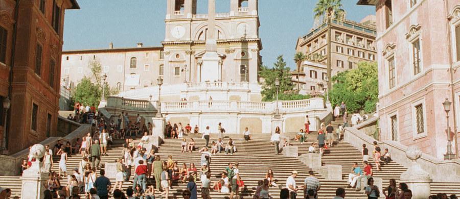 Jak chronić odnowione Schody Hiszpańskie w Rzymie przed wandalizmem i bezmyślnym niszczeniem? Nad tym właśnie problemem zastanawiają się władze miasta i sponsorzy kończonej renowacji. Dyskusję wywołał pomysł, by rokokową perłę architektury zamknąć za przezroczystym ogrodzeniem.