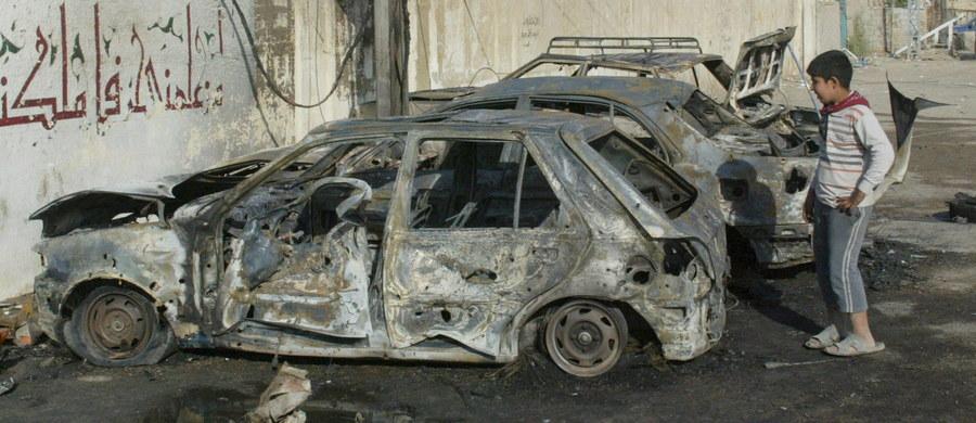 Co najmniej 10 osób poniosło śmierć, a 28 zostało rannych w wyniku eksplozji dwóch samochodów wyładowanych materiałami wybuchowymi w centrum Bagdadu - poinformowała policja i źródła medyczne. Do wybuchów doszło w nocy z piątku na sobotę.