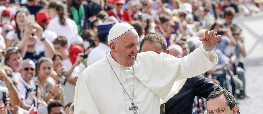 """W katechezie wygłoszonej w czasie nadzwyczajnej audiencji z udziałem około 30 tysięcy osób papież Franciszek przestrzegł przed fałszywym poczuciem wolności. """"Dzisiaj człowiek łudzi się własną wolnością jako siłą, by móc zdobyć wszystko, chwali się tym, ale w rzeczywistości tak nie jest"""" – stwierdził. """"Ile iluzji sprzedaje się pod pretekstem wolności i ile nowego zniewolenia tworzy się w naszych czasach w imię fałszywej wolności"""" - zauważył."""