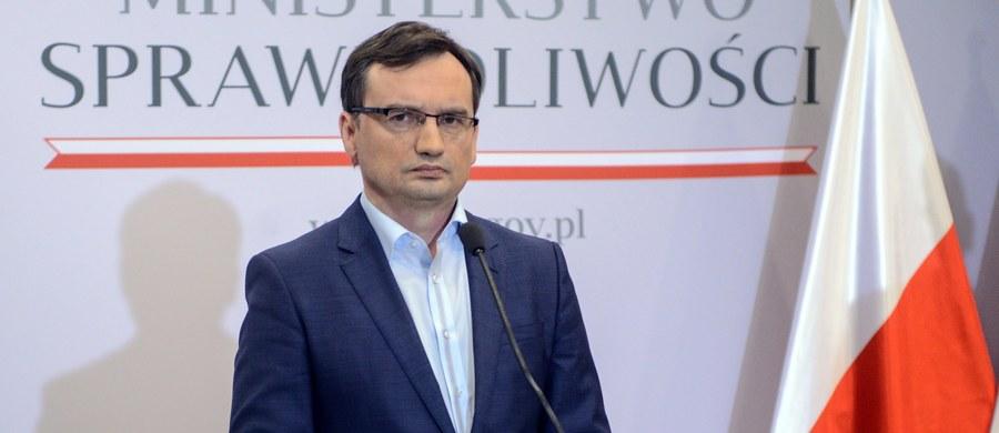 """Minister sprawiedliwości Zbigniew Ziobro powiedział w sobotę, że """"zasadniczo gotowy jest pakiet ustaw"""" reformujących wymiar sprawiedliwości, ale najpierw trzeba rozwiązać """"problem Trybunału Konstytucyjnego"""". Ziobro ocenił, że Trybunał dążyłby do zablokowania reform."""