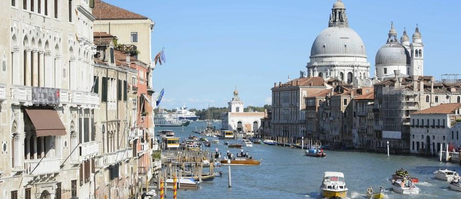 """Mieszkańcy Wenecji chcą """"odzyskać"""" swoje miasto, w którym czują się przytłoczeni przez turystów. Na znak protestu przeciwko ich masowemu najazdowi zorganizowali w sobotę manifestację i zatarasowali uliczki wózkami dziecięcymi oraz na zakupy i walizkami."""