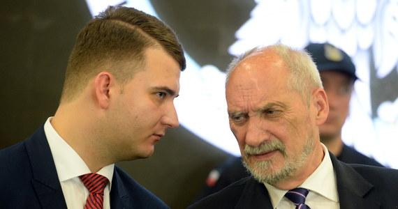 """""""Spokojnie czekam na ocenę prokuratury, ponieważ prawo nie zostało złamane"""" - napisał w sobotnim oświadczeniu rzecznik MON Bartłomiej Misiewicz. To reakcja na informację, że PO składa zawiadomienie do prokuratury ws. powołania Misiewicza do rady nadzorczej Polskiej Grupy Zbrojeniowej."""
