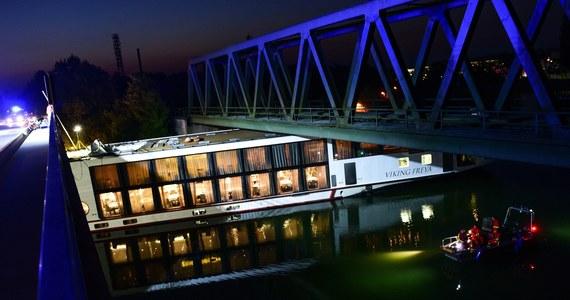Dwóch członków załogi pływającego hotelu zginęło, gdy w nocy na kanale Men-Dunaj statek uderzył w most - poinformował rano rzecznik policji. Do wypadku doszło w Erlangen w Bawarii.