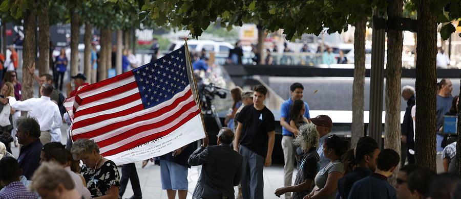 Nowy Jork uczcił w niedzielę 15. rocznicę zamachów na World Trade Center. W uroczystości uczestniczyły m.in. rodziny ofiar, strażacy, policjanci oraz politycy. Odczytano nazwiska 2983 ofiar ataków terrorystycznych, w tym sześciorga Polaków.