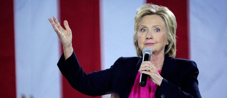 Kandydatka demokratów na prezydenta USA Hillary Clinton, która zasłabła w niedzielę podczas uroczystości w 15. rocznicę ataku terrorystycznego na wieże World Trade Center w Nowym Jorku, odwołała zaplanowane na poniedziałek i wtorek spotkania wyborcze w Kalifornii. Miała tam spotkać się ze sponsorami swojej kampanii i wygłosić wykład nt. stanu amerykańskiej gospodarki. Lekarz Clinton potwierdził, że kandydatka ma zapalenie płuc.