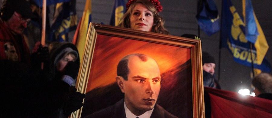 Stepan Bandera może ponownie zostać Bohaterem Ukrainy. Ideolog ukraińskiego nacjonalizmu, w Polsce skazany za zamach na ministra spraw wewnętrznych na dożywocie w 1936 roku, został już ogłoszony bohaterem przez prezydenta Wiktora Juszczenkę. Po zmianie władzy, sąd ukraiński pozbawił w 2011 roku Banderę tego tytułu.
