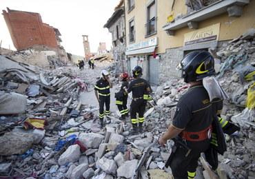 """Amatrice kontra """"Charlie Hebdo"""". Ofiary trzęsienia ziemi jako... dania włoskiej kuchni"""