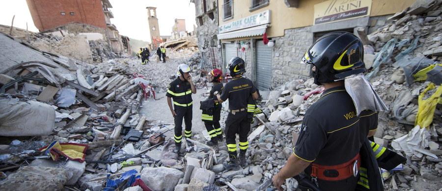 """Władze zniszczonego w sierpniowym trzęsieniu ziemi miasteczka Amatrice w środkowych Włoszech złożyły w prokuraturze zawiadomienie o przestępstwie zniesławienia, którego popełnienie zarzucają francuskiemu tygodnikowi satyrycznemu """"Charlie Hebdo"""". Wkrótce po kataklizmie, w którym zginęło 295 osób - większość właśnie w Amatrice, paryski magazyn opublikował rysunek przedstawiający ofiary jako… dania włoskiej kuchni."""