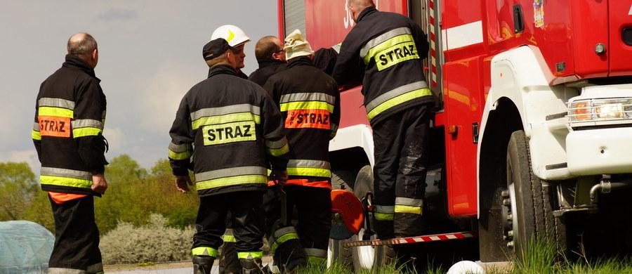 """Na ulicy Brzezińskiej w Mysłowicach z przejeżdżającego pojazdu rozlała się drażniąca substancja chemiczna. Jak mówili strażacy, przechodnie skarżyli się na drapanie w gardle i drażniący zapach. """"To jest rodzaj jakiegoś kwasu. Na miejsce udały się zastępy rozpoznania chemicznego"""" - powiedział nam Wojciech Chojnowski ze straży w Mysłowicach."""