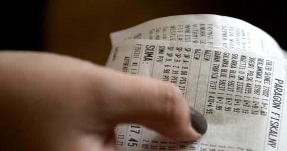 Ministerstwo Finansów postanowiło przedłużyć loterię paragonową o kolejne pół roku - do 31 marca 2017 roku. Poinformował o tym wiceszef resortu Leszek Skiba. Wiceminister wręczył też główną nagrodę - kluczyki do Opla Astra - zwycięzcy dotychczasowej edycji konkursu.