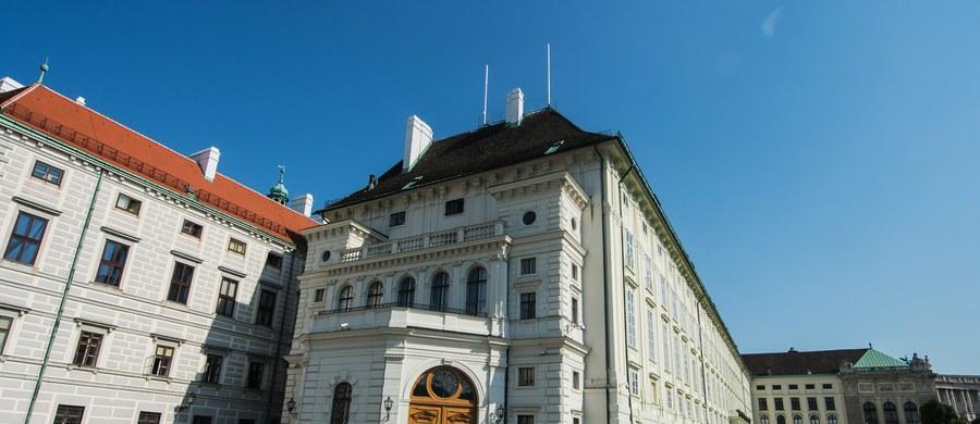 Powtórka drugiej tury wyborów prezydenckich w Austrii, planowana pierwotnie na 2 października, zostanie przełożona na 4 grudnia. Partie koalicyjne porozumiały się w tej sprawie z dwoma mniejszymi ugrupowaniami - poinformowała agencja APA. Powodem opóźnienia są wadliwe koperty z kartami do głosowania.