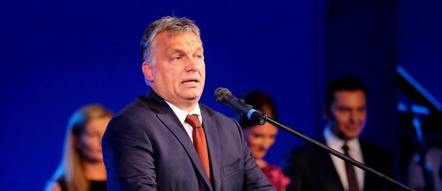 """Premier Węgier Viktor Orban ostro skrytykował unijną politykę imigracyjną na otwarciu jesiennej sesji parlamentu. """"Ta wędrówka ludów, której do tej pory byliśmy świadkami, była tylko rozgrzewką. Prawdziwe zmaganie dopiero przed nami"""" – oświadczył, wskazując na spodziewany gwałtowny wzrost liczby ludności Afryki."""
