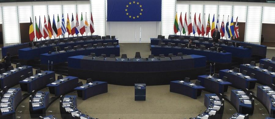 Zanosi się na wielkie starcie Platforma Obywatelska kontra PiS na forum europejskim. Znamy już mówców podczas rozpoczynającej się o godzinie 15:00 debaty na temat Polski w Parlamencie Europejskim. W imieniu europejskich chadeków głos zabierze Janusz Lewandowski z PO, a w imieniu konserwatystów – Ryszard Legutko z PiS.