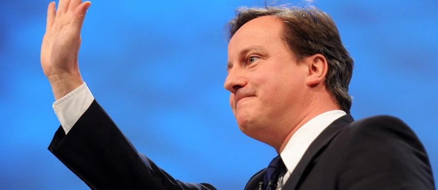 Były brytyjski premier David Cameron zrezygnował z mandatu poselskiego. Nie będzie już zasiadał w ławach Izby Gmin. Ponieważ nie ma miejsca w obecnym gabinecie premier Theresy May, musiałby zajmować tylne siedzenia, przeznaczone dla mniej wybitnych parlamentarzystów. W swych rezygnacjach Cameron nabiera wprawy. Niespełna trzy miesiące temu przestał być szefem rządu, po zakończonym decyzją o Brexicie unijnym referendum. Stał się natomiast automatycznie jedną z najbardziej kontrowersyjnych postaci, które przewinęły się przez Downing Street. Historycy już teraz usiłują zdefiniować polityczny tajfun, który przeszedł nad Wielką Brytanią. Jedni nadali mu imię Brexit, inni David.