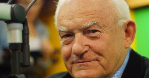 """Rekonstrukcja rządu? """"Nie byłoby to nic dziwnego"""" – powiedział były premier Leszek Miller. I dodał: """"Jarosław Kaczyński powinien być premierem od początku. Zakładam, że prędzej czy później nim zostanie"""". """"Mogę tylko współczuć pani Szydło"""" – kontynuował gość Porannej rozmowy w RMF FM. """"Sytuacja nie do końca jest normalna, jeżeli poza gabinetem premiera jest konkurencyjne centrum władzy"""" – wyjaśnił."""