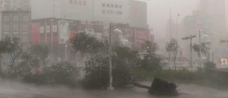 Niezwykle silny tajfun Meranti o prędkości wiatru dochodzącej do 216 km/godz zaatakował w środę Tajwan. Prawie 200 tys. domów zostało pozbawionych prądu, zamknięto szkoły i urzędy. Większość firm przerwało pracę. Wichurze towarzyszą intensywne opady deszczu.