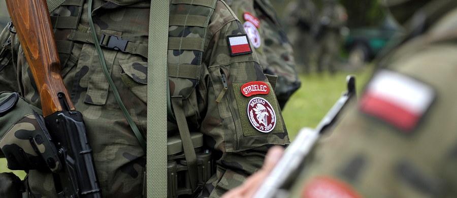Żołnierze służący w wojskach obrony terytorialnej będą musieli zawiesić swoją działalność w organizacjach o charakterze politycznym - powiedział w Sejmie wiceminister obrony narodowej Bartosz Kownacki. Zaznaczył też, że w tej formacji będą mogły służyć osoby niekarane.