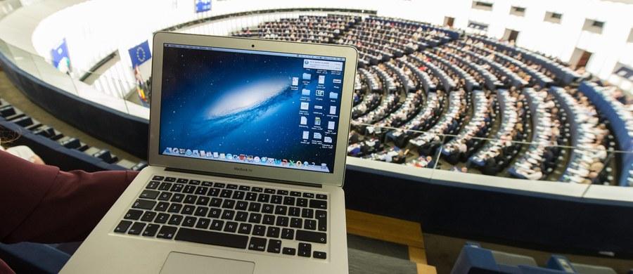 Wszyscy eurodeputowani Platformy Obywatelskiej  głosowali za rezolucją krytykującą Polskę. Znamy już wyniki imiennego glosowania nad rezolucją. Nie jest zaskoczeniem, że eurodeputowani PiS byli przeciw. Jak donosi dziennikarka Katarzyna Szymańska-Borginon, w chadecji do której należy Platforma, 14 posłów było jednak przeciw. To głównie Węgrzy  i Rumuni, którzy zagłosowali przeciwko rezolucji krytykującej nasz kraj.