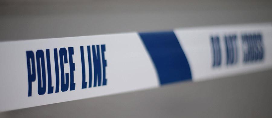 Warszawska prokuratura okręgowa wszczęła śledztwo w sprawie pobicia dwóch Polaków w miniony piątek w Leeds w Wielkiej Brytanii. Jak powiedział prok. Michał Dziekański, postępowanie wszczęto na podstawie art. 158 Kodeksu karnego. Przewiduje on karę do lat 3 więzienia dla tego, kto bierze udział w bójce lub pobiciu, w którym naraża się człowieka na bezpośrednie niebezpieczeństwo utraty życia, ciężkiego uszczerbku na zdrowiu lub naruszenia czynności narządu ciała lub rozstroju zdrowia. Jeżeli następstwem bójki lub pobicia jest ciężki uszczerbek na zdrowiu, sprawca podlega karze od 6 miesięcy do 8 lat więzienia.