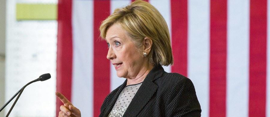 Ostatnia prosta przed wyborami w Stanach Zjednoczonych obfituje w ciekawe zwroty akcji. Od kilku dni w tym wyścigu nie uczestniczy Hillary Clinton, która z powodu zapalenia płuc leczy się w swoim domu. Jej współpracownicy zapowiadają, że w czwartek wznowi kampanię. Ale w USA mnożą się pytania o stan zdrowia 69-letniej kandydatki.