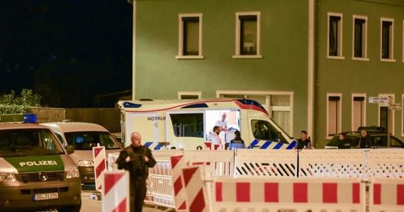 """Na rynku Kornmarkt w Budziszynie wczoraj wieczorem doszło do ekscesów z udziałem mieszkańców i uchodźców - informuje lokalna telewizja MDR. Konieczna była interwencja policji. To nie pierwsze zajście w położonym blisko granicy z Polską niemieckim mieście. Według MDR w konfrontacji uczestniczyło 80 miejscowych - zdaniem policji zaliczanych do skrajnej prawicy i niestroniących od przemocy fizycznej - oraz 20 młodych uchodźców. Obie grupy obrzucały się wyzwiskami i butelkami, doszło też do rękoczynów. Miejscowi skandowali hasło """"Budziszyn dla Niemców""""."""