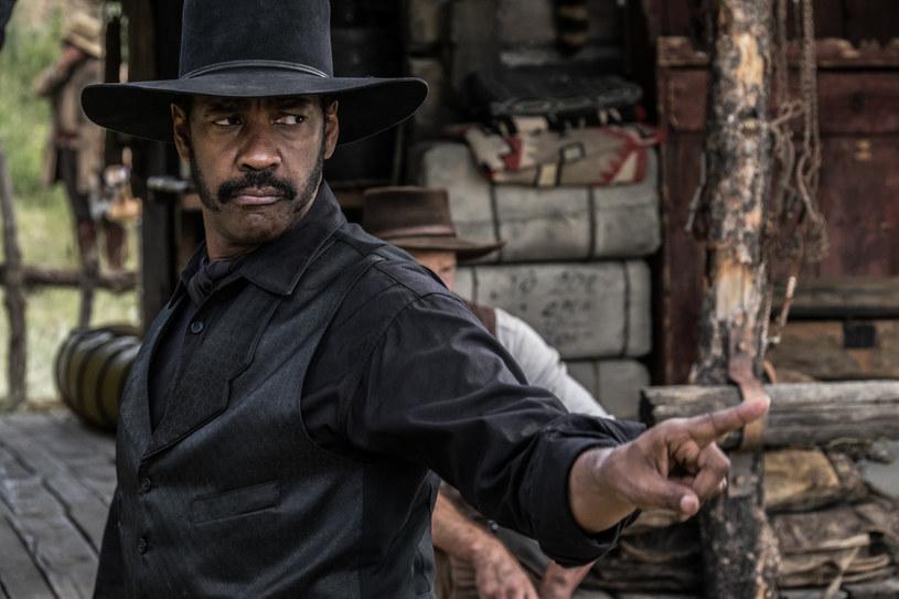 """Klasyczny western """"Siedmiu wspaniałych"""" (1960) doczekał się właśnie nowej wersji, w reżyserii Antoine'a Fuqua (""""Dzień próby"""", """"Bez litości"""", """"Do utraty sił""""). Nowych """"Siedmiu wspaniałych"""" oglądać będziemy na ekranach kin od 23 września. Główną rolę zagrał Denzel Washington (""""Bez litości"""", """"Malcolm X"""", """"American Gangster""""), który po raz pierwszy w swej długiej karierze pojawia się w westernie."""