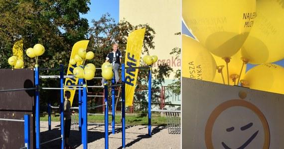 Trzeci finał akcji Lepsze Jutro z RMF FM! Na ten moment młodzież z olsztyńskiego Domu Dziecka czekała z niecierpliwością od początku wakacji! Wtedy to - w ramach projektu - rozpoczęliśmy remont zalanej i zniszczonej sali do rehabilitacji i łazienek. Dzieci i młodzież z Olsztyna mogą teraz korzystać także z rozbudowanej strefy sportowej: siłowni, nowoczesnego zestawu do kalisteniki i... żółtych rowerów od RMF FM! Do tej pory w ramach naszej akcji uroczyście otworzyliśmy strefy edukacyjno-sportowe przy przedszkolu w Dobroszycach i szkole w Zagórzu.