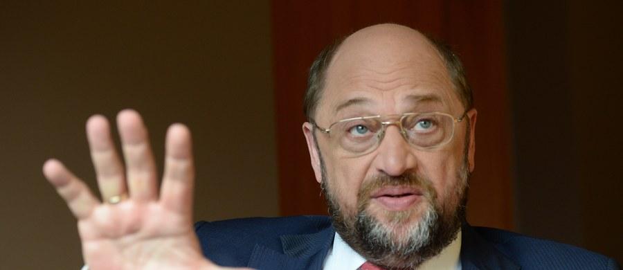 """Przewodniczący Parlamentu Europejskiego Martin Schulz w wywiadzie dla dziennika """"Frankfurter Allgemeine Zeitung"""" zarzucił krajom Europy Środkowo-Wschodniej, że podczas kryzysu uchodźczego zostawiły ponoszące największe ciężary kryzysu Niemcy """"na lodzie"""" . Zaprzeczył też, jakoby Niemcy stosowały wobec innych krajów """"moralny imperializm""""."""