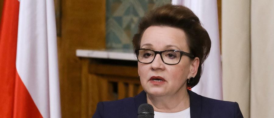Po raz pierwszy weryfikujemy prawie sto razy zmienianą ustawę o systemie oświaty - mówiła w piątek szefowa MEN Anna Zalewska, przedstawiając projekty, które wprowadzić mają zmiany w systemie edukacji. Podkreśliła, że reforma jest przemyślana i rozłożona na wiele lat.