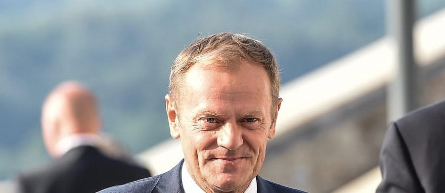 """Unia Europejska znajduje powoli wspólne stanowisko ws. kryzysu migracyjnego - powiedział szef Rady Europejskiej Donald Tusk. Jak dodał, nie ma rozstrzygnięcia ws. propozycji """"elastycznej solidarności"""" Grupy Wyszehradzkiej, ale po spotkaniu w Bratysławie będzie łatwiej o kompromis."""