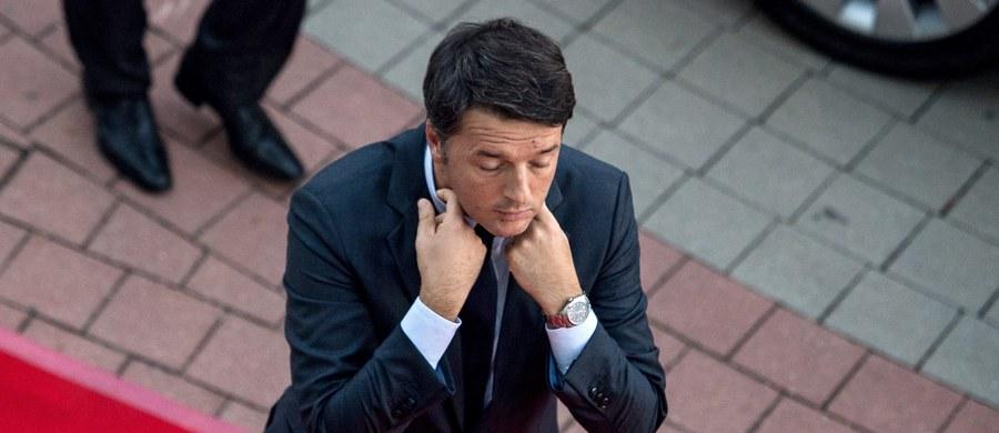 """Premier Włoch Matteo Renzi oświadczył, że nie jest zadowolony z wyników piątkowego, nieformalnego szczytu UE w Bratysławie. Jego zdaniem Unia jest wciąż daleka od stawienia czoła największym wyzwaniom. """"Muszę wrócić do Włoch i powiedzieć, że w pewnych kwestiach uczyniono kroki naprzód, w innych nie"""" - tłumaczył dziennikarzom. Stwierdził też: """"Nie muszę robić przedstawienia i recytować, że jesteśmy wszyscy zjednoczeni""""."""