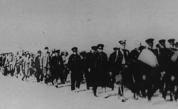 17 września 1939 roku, łamiąc polsko-sowiecki pakt o nieagresji, Armia Czerwona wkroczyła na teren Rzeczypospolitej Polskiej, realizując ustalenia zawarte w tajnym protokole paktu Ribbentrop-Mołotow. Konsekwencją sojuszu dwóch totalitaryzmów był rozbiór osamotnionej Polski.