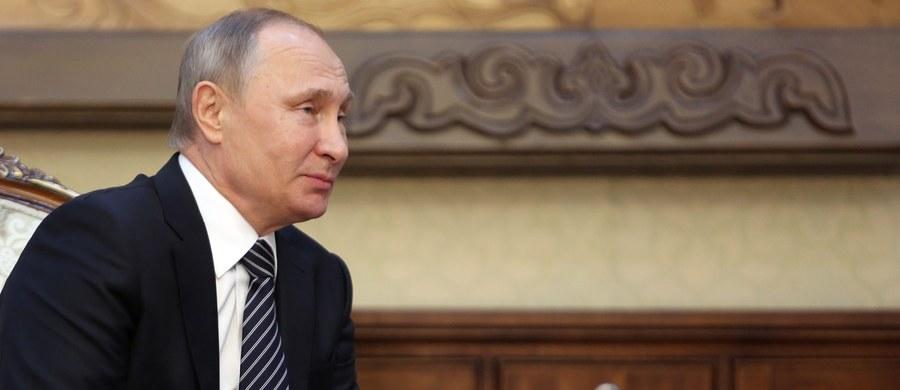 """Prezydent Rosji Władimir Putin powiedział, że podczas kampanii przed wyborami do niższej izby parlamentu podejmowane są próby manipulowania opinią publiczną i podejmowania tematów """"drażliwych, ale dalekich od interesów milionów obywateli""""."""