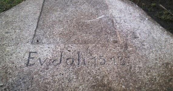 Tajemniczy głaz wykopała ekipa budująca boisko w Rzepowie koło Czaplinka w Zachodniopomorskiem. Widnieje na nim rok 1513 i napis, którego jeszcze nie udało się rozszyfrować.