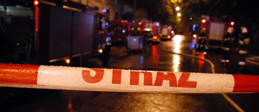 Przez kilka godzin strażacy neutralizowali kwas siarkowy, który w sobotę wieczorem wydostał się z rozszczelnionej beczki w Kruszynie w pobliżu Bolesławca na Dolnym Śląsku. Samochód, który przewoził substancję, zaparkował w pobliżu lokalu, w którym bawiło się ponad sto osób. Wszystkie zostały ewakuowane. Informację otrzymaliśmy na Gorącą Linię RMF FM.