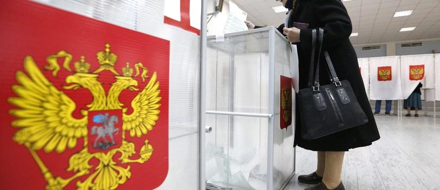 """Pierwsze sygnały i doniesienia o fałszowaniu wyborów w Rosji. Kreml po raz pierwszy od kilkunastu lat dopuścił do wyborów opozycję, ale nie zrezygnowano z """"poprawiania wyników""""."""