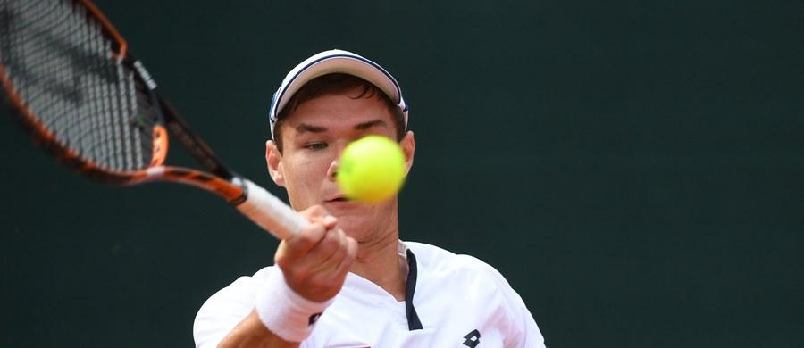 Polscy tenisiści remisują w Berlinie z Niemcami 2:2 w barażu o miejsce w Grupie Światowej Pucharu Davisa. Zachowanie szansy na zwycięstwo i pozostanie w elicie zapewnił biało-czerwonym Kamil Majchrzak, który pokonał Floriana Mayera 6:2, 4:6, 6:2, 6:3.