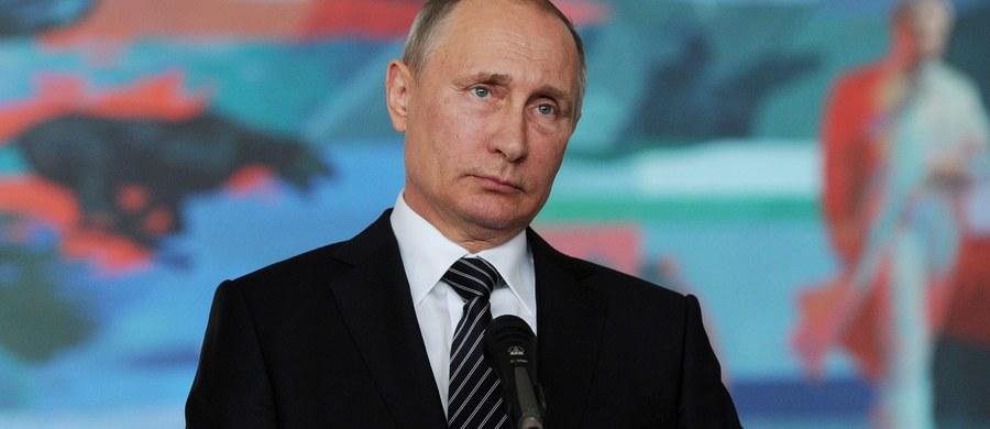 Moskwa zażądała od Waszyngtonu przeprowadzenia skrupulatnego śledztwa w sprawie nalotu koalicji pod wodzą USA na pozycje wojsk rządowych koło miasta Dajr az-Zaur na wschodzie Syrii. W wyniku ataku zginęło ok. 60 żołnierzy a rannych zostało ok. 100.